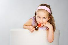 Chica joven agradable en color de rosa en fondo ligero Fotos de archivo libres de regalías