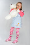 Chica joven agradable en color de rosa en fondo ligero Foto de archivo