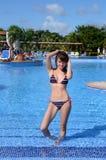 Chica joven agradable en la piscina Fotos de archivo