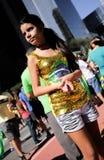 Chica joven agradable vestida en la favorable reunión de la acusación Fotografía de archivo