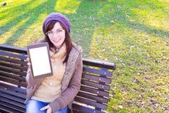 Chica joven al aire libre foto de archivo
