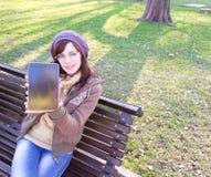 Chica joven al aire libre fotos de archivo