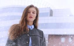 Chica joven al aire libre en invierno Muchacha modelo que presenta al aire libre en un w Imagenes de archivo