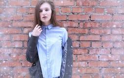Chica joven al aire libre en invierno Muchacha modelo que presenta al aire libre en un w Foto de archivo libre de regalías