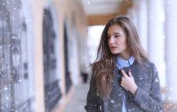 Chica joven al aire libre en invierno Muchacha modelo que presenta al aire libre en un w Foto de archivo
