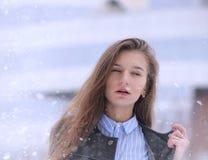 Chica joven al aire libre en invierno Muchacha modelo que presenta al aire libre en un w Imagen de archivo