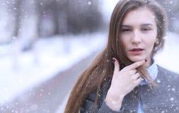 Chica joven al aire libre en invierno Muchacha modelo que presenta al aire libre en un w Fotografía de archivo