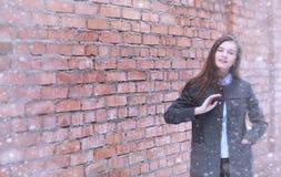 Chica joven al aire libre en invierno Muchacha modelo que presenta al aire libre en un w Imagen de archivo libre de regalías