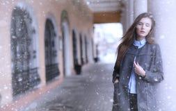 Chica joven al aire libre en invierno Muchacha modelo que presenta al aire libre en un w Fotos de archivo