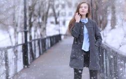 Chica joven al aire libre en invierno Muchacha modelo que presenta al aire libre en un w Fotos de archivo libres de regalías