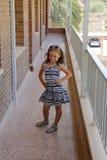 Chica joven al aire libre que come la piruleta imagen de archivo libre de regalías