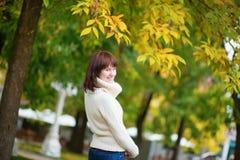 Chica joven alegre al aire libre en un día de la caída Foto de archivo