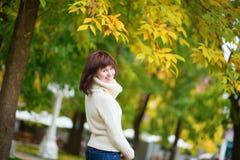 Chica joven alegre al aire libre en un día de la caída Imagenes de archivo