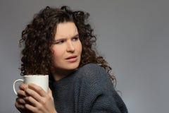 Chica joven alegre con una taza de té Imagen de archivo