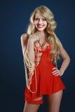 Chica joven alegre en alineada roja con joyería Imágenes de archivo libres de regalías