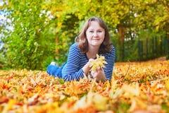 Chica joven alegre en un día brillante del otoño Fotos de archivo libres de regalías
