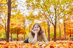Chica joven alegre en un día brillante del otoño Imagen de archivo