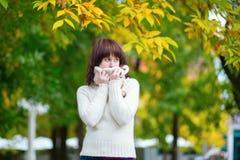 Chica joven alegre en un día de la caída Foto de archivo