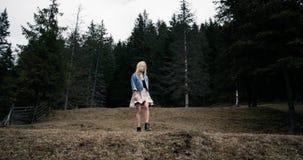 Chica joven alegre que corre en el campo, cámara lenta 4K metrajes