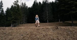 Chica joven alegre que corre en el campo, cámara lenta 4K El modelo se mueve y siente feliz almacen de video