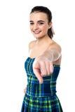 Chica joven alegre que le señala Imágenes de archivo libres de regalías