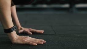 Chica joven apta que hace los execrises en gimnasio, pectorales, metrajes