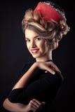 Chica joven artística del retrato con el peinado hermoso Fotos de archivo libres de regalías