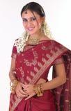 Chica joven asiática con la sari de seda rica Foto de archivo