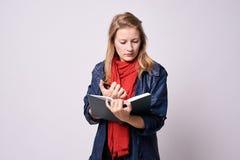 Chica joven Asuntos del planeamiento Entradas de la libreta Imágenes de archivo libres de regalías