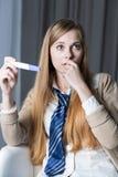 Chica joven asustada de estar embarazada Fotos de archivo libres de regalías