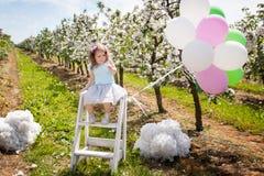 Chica joven asustada en jardín de la primavera Imagen de archivo libre de regalías