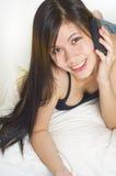 Chica joven atractiva con el teléfono Foto de archivo libre de regalías