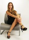 Chica joven atractiva con las piernas hermosas Fotos de archivo libres de regalías
