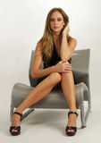 Chica joven atractiva con las piernas hermosas Foto de archivo