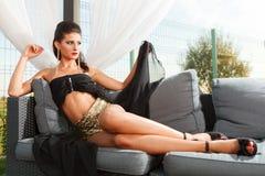 Chica joven atractiva con las piernas largas Fotos de archivo