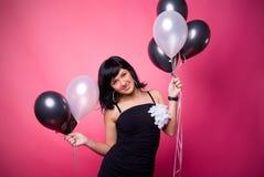 Chica joven atractiva con los globos del cumpleaños Imagenes de archivo