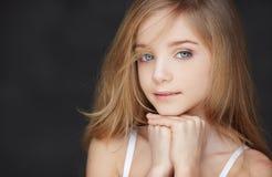 Chica joven atractiva con los ojos azules Imagenes de archivo