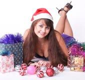 Chica joven atractiva con los regalos de Navidad Fotografía de archivo