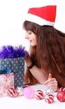 Chica joven atractiva con los regalos de Navidad Imagen de archivo libre de regalías