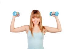 Chica joven atractiva con pesas de gimnasia Imagen de archivo libre de regalías