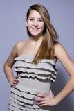 Chica joven atractiva del retrato del lanzamiento del estudio imagenes de archivo