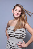 Chica joven atractiva del retrato del lanzamiento del estudio fotografía de archivo libre de regalías