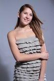 Chica joven atractiva del retrato del lanzamiento del estudio foto de archivo libre de regalías