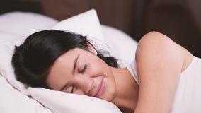 Chica joven atractiva en casa El dormir en su cama metrajes
