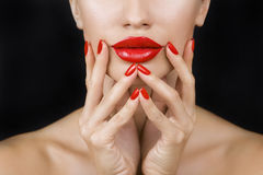 Chica joven atractiva hermosa con los labios rojos y el esmalte de uñas rojo imágenes de archivo libres de regalías