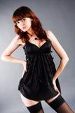 Chica joven atractiva hermosa en túnica negra Fotografía de archivo