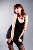 Chica joven atractiva hermosa en túnica negra Fotografía de archivo libre de regalías