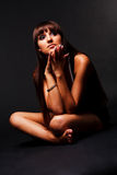 Chica joven atractiva modesta en alineada negra Fotos de archivo