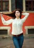 Chica joven atractiva que camina en la calle de la ciudad vieja Imagen de archivo