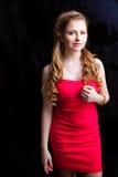 Chica joven atractiva que desgasta la alineada roja en negro Fotos de archivo libres de regalías
